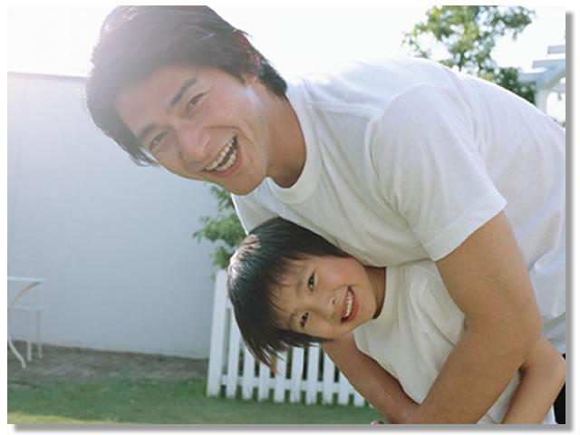 子供を抱きしめるお父さん