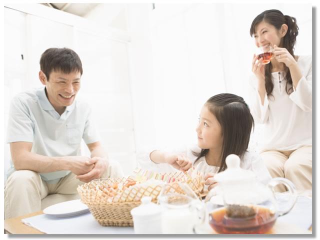 家族でおしゃべりしながら団らん