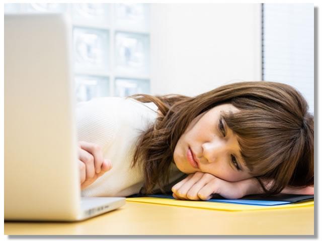 倦怠感など自律神経が原因の不調を感じる女性