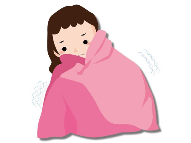 湯冷めして毛布にくるまる女性