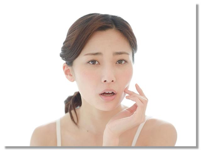 口内炎に悩む女性