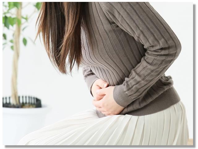 胃もたれを感じる女性