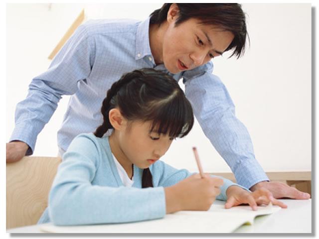 勉強に集中している女の子