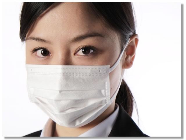 ウイルス感染予防にマスクをする女性