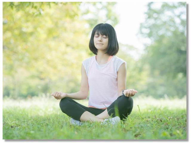 自律神経を整える方法:呼吸法をおこなう女性