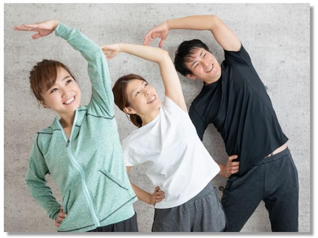 動的ストレッチ:ラジオ体操をする人