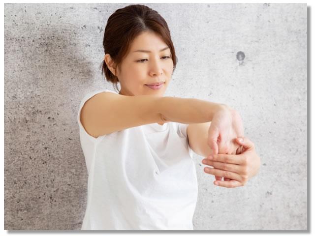 手首のストレッチをする女性
