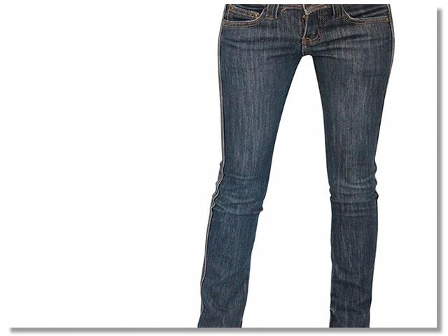 細いジーンズをはく女性
